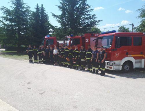 Vatrogasci iz Lovreća u ukrašenim vozilima i odjeveni u Božićnjake iznenadili pa darovali djecu